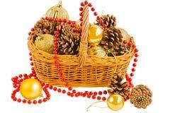 Cesta con los conos del pino y las bolas de la Navidad Foto de archivo