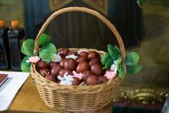 Cesta con los huevos de Pascua Fotos de archivo