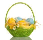 Cesta con los huevos de Pascua, aislados en blanco imágenes de archivo libres de regalías