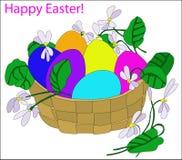 Cesta con los huevos de Pascua coloridos Imagenes de archivo