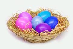 Cesta con los huevos de Pascua coloridos Imagen de archivo