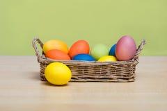 Cesta con los huevos de Pascua foto de archivo libre de regalías