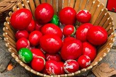 Cesta con los huevos de Pascua pintados Imagen de archivo