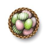 Cesta con los huevos de Pascua pintados en el fondo blanco, ejemplo ilustración del vector