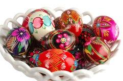 Cesta con los huevos de Pascua pintados a mano Imagen de archivo libre de regalías