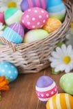 Cesta con los huevos de Pascua pintados a mano coloridos Fotografía de archivo libre de regalías