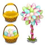 Cesta con los huevos de Pascua y la decoración del árbol Imagenes de archivo