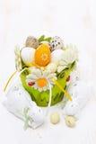 Cesta con los huevos de Pascua y los conejos blancos Foto de archivo libre de regalías