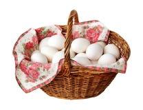 Cesta con los huevos del pollo Fotos de archivo libres de regalías