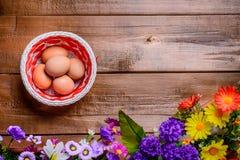 Cesta con los huevos en la tabla de madera Fondo Copie la derecha del spase Fotografía de archivo libre de regalías
