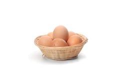 Cesta con los huevos frescos Fotos de archivo libres de regalías