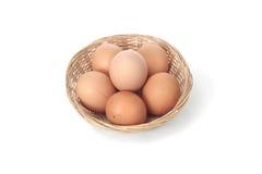 Cesta con los huevos frescos Imagenes de archivo