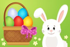 Cesta con los huevos y el conejito de pascua 1 Fotografía de archivo libre de regalías