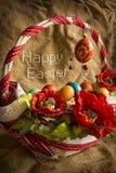 Cesta con los huevos y el saludo de Pascua feliz Fotos de archivo