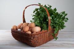 Cesta con los huevos y las hierbas frescos Fotografía de archivo