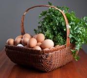 Cesta con los huevos y las hierbas frescos Foto de archivo libre de regalías