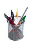 Cesta con los lápices y las plumas Foto de archivo libre de regalías