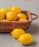 Cesta con los limones Fotos de archivo libres de regalías