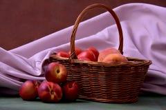 Cesta con los melocotones y las nectarinas Fotos de archivo