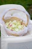 Cesta con los pétalos color de rosa Imagen de archivo libre de regalías