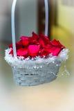 Cesta con los pétalos color de rosa Imágenes de archivo libres de regalías