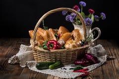 Cesta con los pasteles y las verduras Foto de archivo libre de regalías