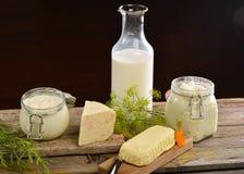 Cesta con los productos lácteos orgánicos sabrosos en la tabla de madera, Imágenes de archivo libres de regalías