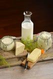 Cesta con los productos lácteos orgánicos sabrosos en la tabla de madera, Fotografía de archivo libre de regalías