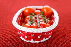 Cesta con los tomates maduros Fotografía de archivo libre de regalías