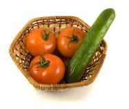 Cesta con los tomates y el pepino imagenes de archivo