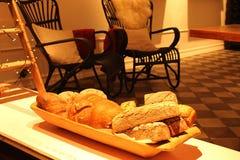 Cesta con pan fresco Imagen de archivo
