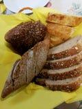 Cesta con pan con una servilleta amarilla Imagen de archivo libre de regalías
