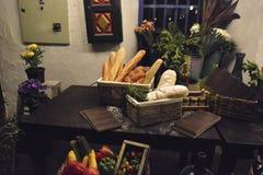 Cesta con pan Vehículos y flores imágenes de archivo libres de regalías