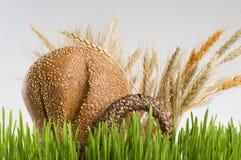 Cesta con pan y cereales del grano Imagen de archivo