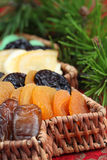 Cesta da árvore de Natal com frutas secadas fotografia de stock