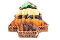 Cesta da árvore de Natal com frutas secadas imagem de stock
