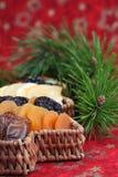Cesta da árvore de Natal com frutas secadas fotos de stock