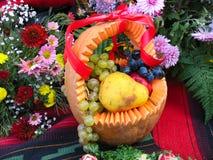 Cesta da abóbora com colheita do outono fotos de stock