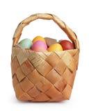 Cesta da casca de vidoeiro completamente de ovos da páscoa das cores pastel Foto de Stock