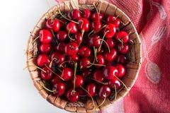 Cesta da cereja fresca da opinião superior de cerejas ácidas Cereja vermelha Cerejas frescas Cereja no fundo do branco e da toalh imagens de stock