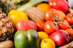 Cesta da madeira na tabela da maioria de frutas e legumes frescas Foto de Stock