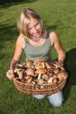 Cesta da mulher e dos cogumelos Fotos de Stock Royalty Free