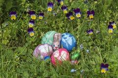 Cesta da Páscoa cercada pelo amor perfeito 2 imagem de stock