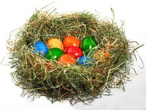 Cesta da Páscoa com muitos ovos da páscoa coloridos Imagens de Stock