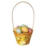 Cesta da Páscoa com os ovos coloridos isolados imagens de stock royalty free