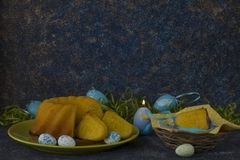 Cesta da Páscoa com os ovos da páscoa coloridos na tabela de pedra escura fotos de stock