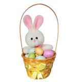 Cesta da Páscoa com ovos coloridos e o brinquedo do coelho isolado fotos de stock royalty free