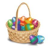 Cesta da Páscoa com ovos coloridos em um fundo branco Fotos de Stock Royalty Free