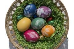 Cesta da Páscoa com ovos da páscoa 2 fotos de stock