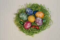 Cesta da Páscoa com ovos da páscoa 3 imagens de stock